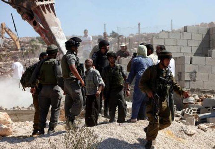 قوات الاحتلال تسلم اخطارا بوقف البناء لمنزل في اذنا