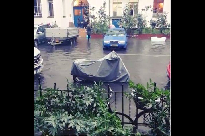 سكان برلين يتحدون الفيضانات بالدراجات وألواح التزلج!