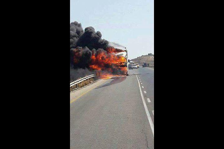 الدفاع المدني يخمد حريق شاحنة