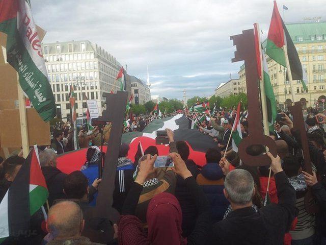 رفع أطول علم فلسطيني في اوروبا