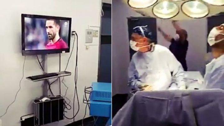 أطباء يتابعون مباراة خلال إجراء عملية! (فيديو)