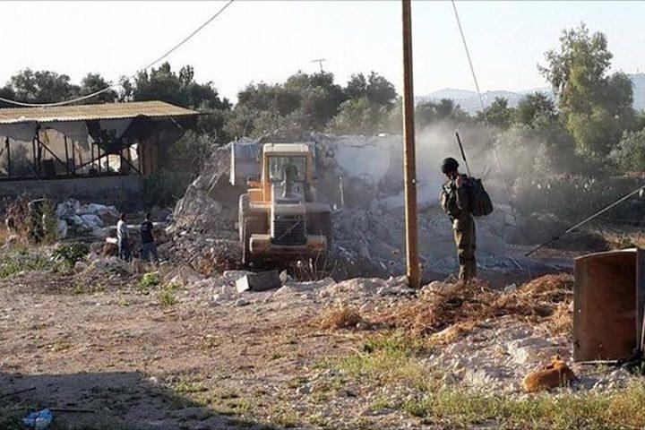الاحتلال يخطر بهدم منزل أسير في يطا