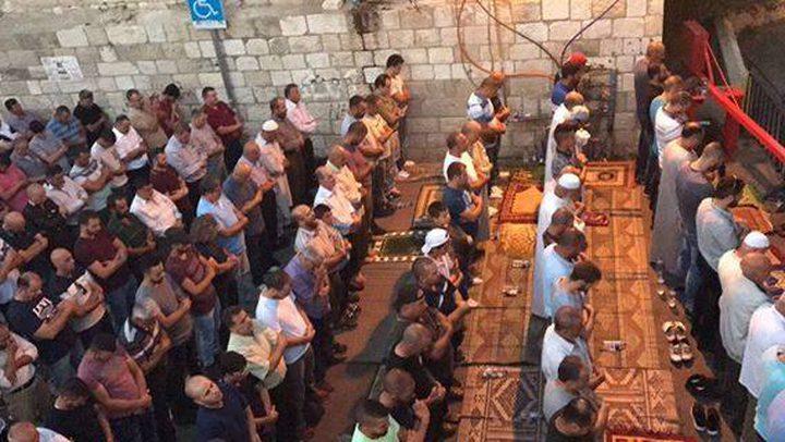 آلاف المقدسيّين يؤدون الصلاة بمحيط الأقصى