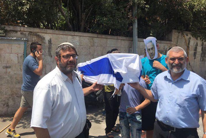 """مستوطنون يتظاهرون ويحملون نعش """"الكرامة الإسرائيلية"""""""