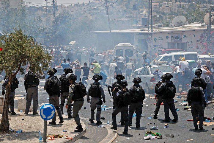 """مواجهات عنيفة في ساحة الأقصى والاحتلال ينصب قناصة صوب المصلين """"فيديو"""""""