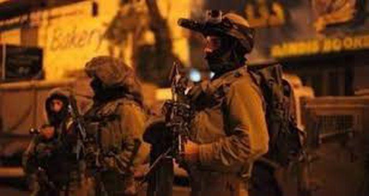 الاحتلال يقتحم حزما ويغلق مدخلها الرئيس بالبوابات الحديدية
