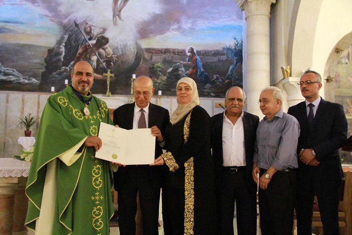 تقليد الأب إبراهيم الشوملي ميدالية الاستحقاق والتميز