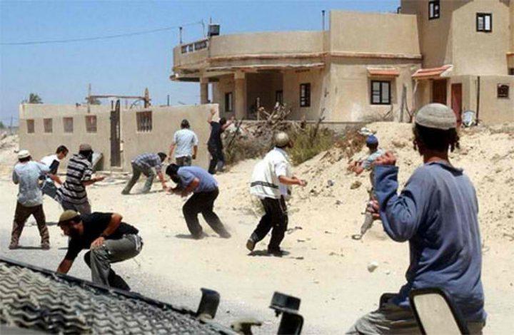 مستوطنون يرشقون منازل المواطنين بالحجارة شرق يطا