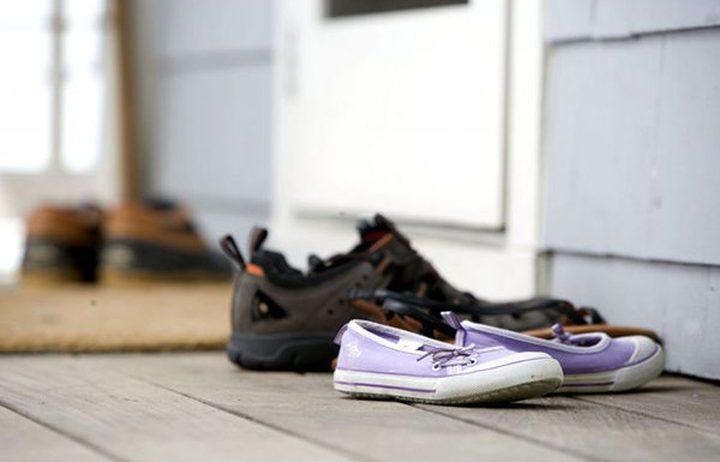 خلع الحذاء قبل الدخول للمنزل