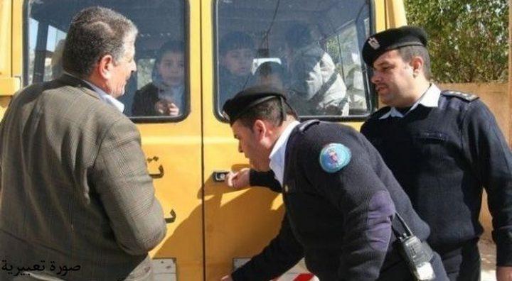 ضبط حافلة تقل 20 راكبا وترخيصها سبعة ركاب