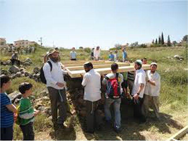 مستوطنون ينصبون بيوتًا متنقلة شرق نابلس