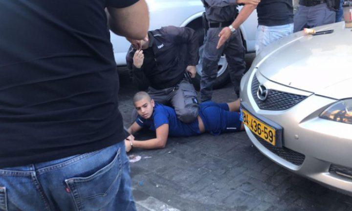 """الاحتلال يعتدي على شابين ويعتقلهما """"فيديو"""""""