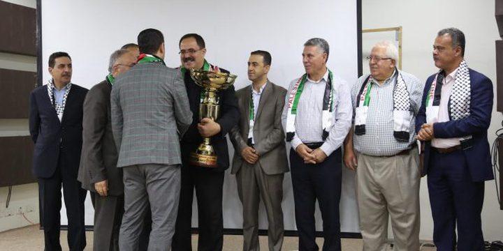 الأهلي يهدي كأس بطولة فلسطين لكرة القدم للوزير صيدم