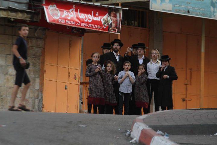"""الاحتلال يغلق شارع """"بئر السبع"""" وسط مدينة الخليل """"فيديو وصور"""""""