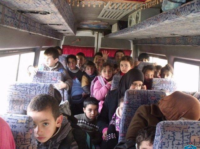 ضبط حافلة أطفال بحمولة زائدة في الخليل