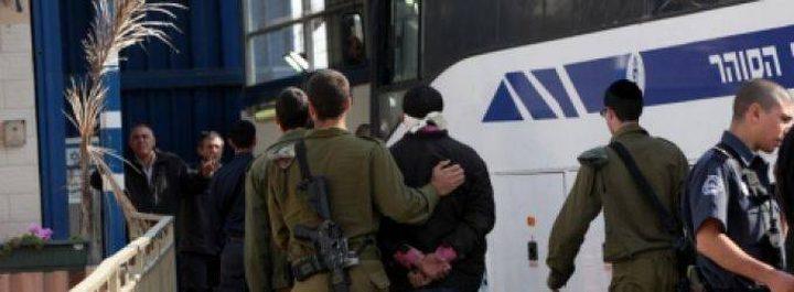الاحتلال يعزل 40 أسيرا وينقل 25 آخرين