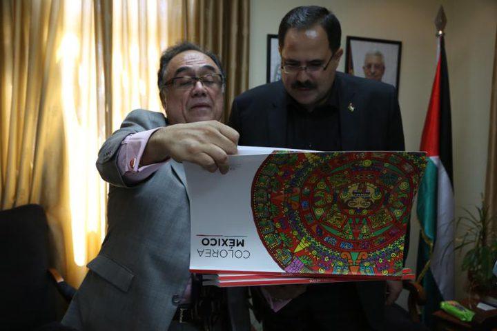 المكسيك تُسلم فلسطين رزمة الكتب التربوية وتسعى لتجديد اتفاقية التعاون