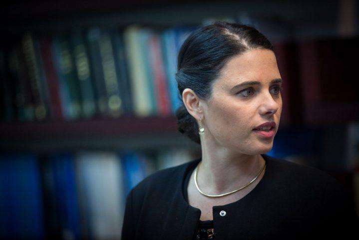 شاكيد: لائحة الاتهام لا تلزم نتنياهو بالاستقالة