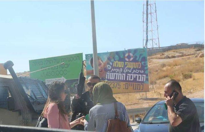 الاحتلال ينتهك خصوصية المواطنين على الحواجز العسكرية