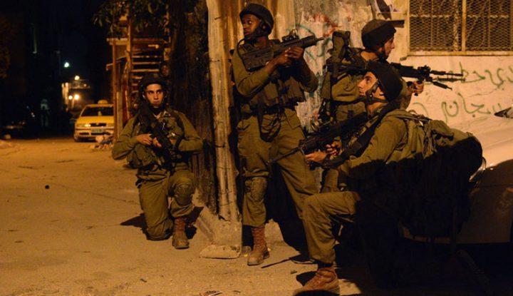 الاحتلال يعتقل مواطنًا ويصيب آخرين بالرصاص الحي