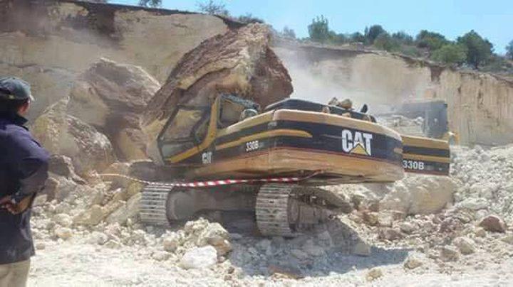 مصرع عامل بسقوط صخرة على جرافته (صور)
