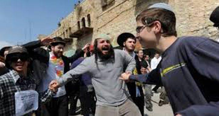 مستوطنون يهاجمون المواطنين بالخليل
