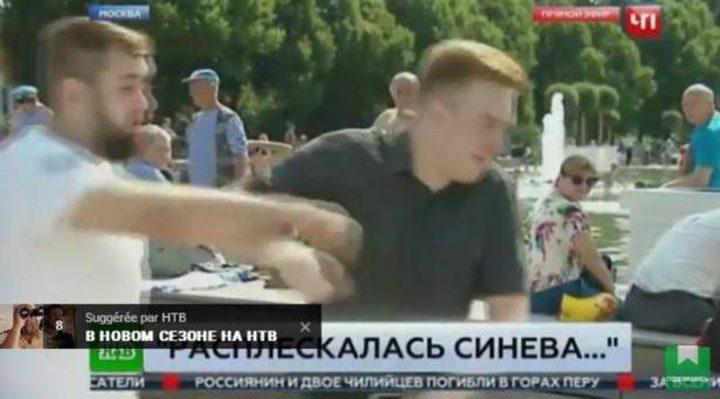 مراسل صحفي يتعرض للكمة على الهواء مباشرة (فيديو)