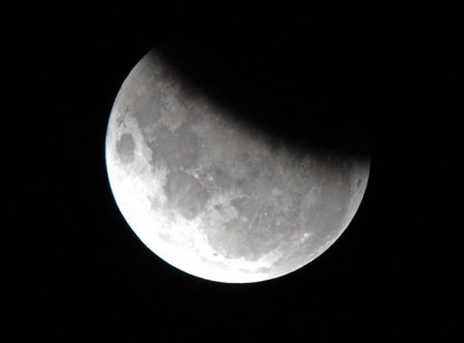 تعرف على توقيت ظهور خسوف القمر في سماء فلسطين اليوم!