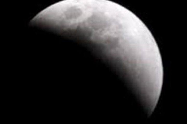 فلسطين تشهد الليلة خسوفا جزئيا للقمر