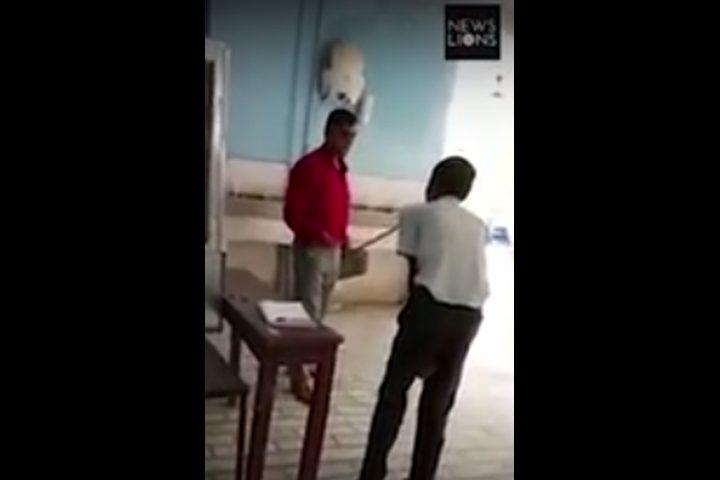 شاهد.. مدير مدرسة يضرب تلاميذه بالعصي بشكل عنيف