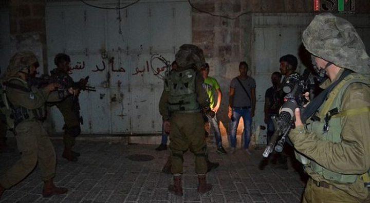 الاحتلال يعتقل شابين ويحقق مع آخرين في نابلس
