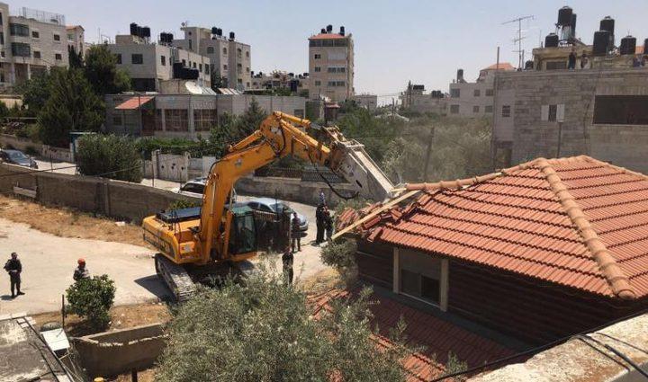 الاحتلال يهدم منزلا جنوب القدس ويشرد ساكنيه