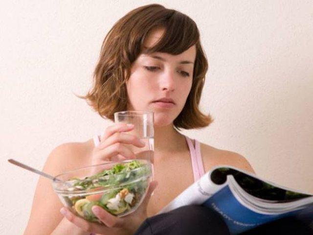 هل يسبب شرب الماء مع الوجبات عسر الهضم وزيادة الوزن؟
