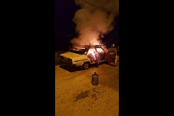 مستوطنون يحرقون سيارتين قرب رام الله