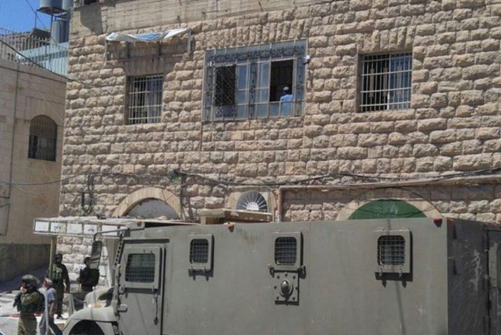 مداهمة مكاتب حكوميّة في البلدة القديمة بالخليل