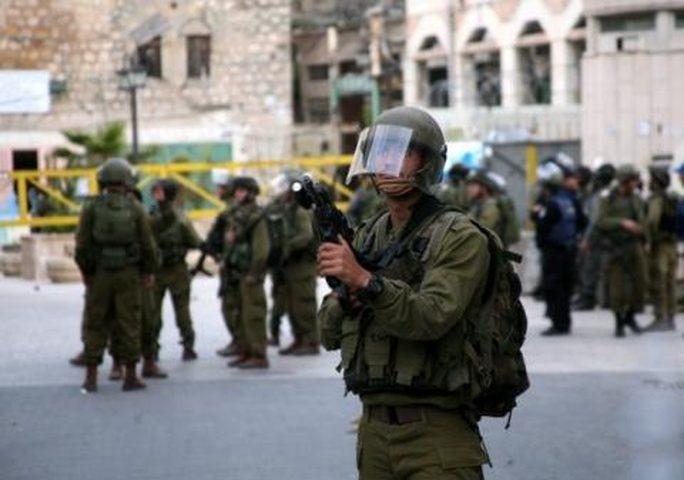"""الاحتلال يضع شروطًا لإزالة """"المنع الأمني"""" عن مواطنين بالخليل"""