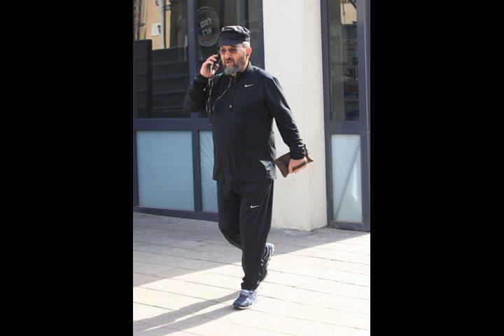 """بالصور- إيهود باراك يتجول بمسدس في شوارع """"تل أبيب"""""""