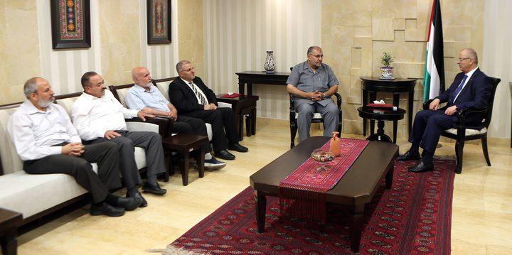 رئيس الوزراء يلتقي وفدًا من نواب حماس
