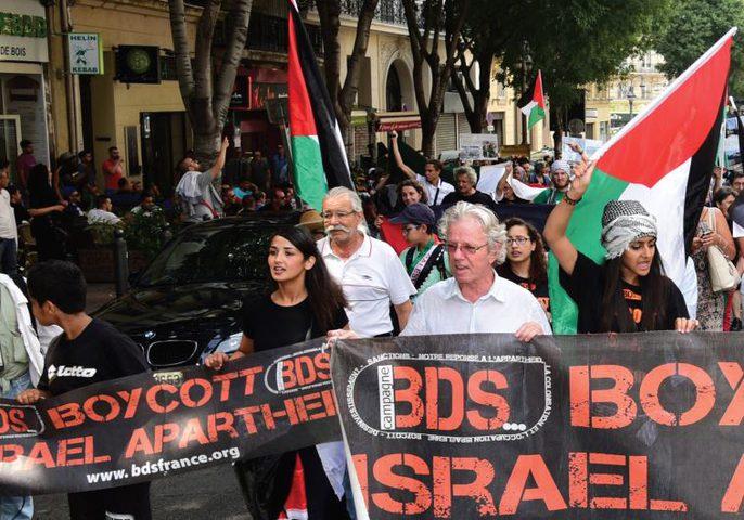 """""""هآرتس"""": إسرائيل ترفض كشف أسماء نشطاء """"BDS"""" الممنوعين من دخولها"""