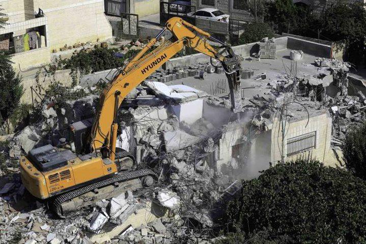 ضمن سياستها العنصرية ..هدم بناية سكنية وتجارية في القدس