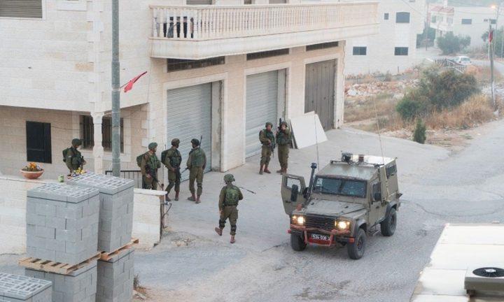 الاحتلال يقتحم دير أبو مشعل ويدمّر مستودعًا تجاريًّا