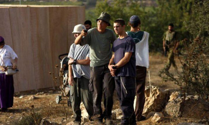 مستوطنون ينصبون بيوتًا متنقلة غرب بيت لحم