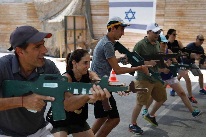 بالصور: الاحتلال يدرب السياح على قتل الفلسطينيين