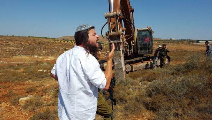 الإحتلال يجرف أراضي المواطنين شرق يطا