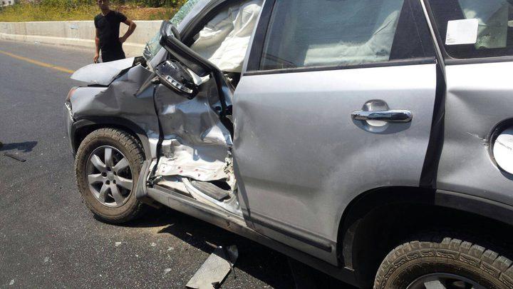 بالصور: إصابة مواطنين بحادث تصادم شاحنة مع مركبتين