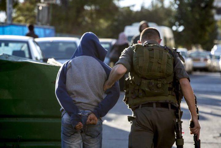 الاحتلال يعتقل شابا بزعم حيازته سكين