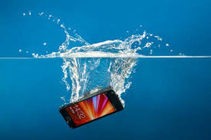 كيف تتعامل مع هاتفك إذا وقع في الماء