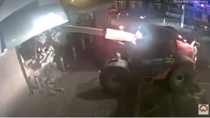 لصوص يقتلعون آلة صراف من مكانها بجرافة!(فيديو)