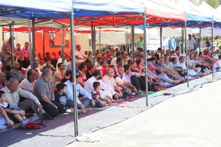 أهالي قلقيلية يقيمون صلاة الجمعة في ساحة مستشفى الوكالة المهددة بالإغلاق