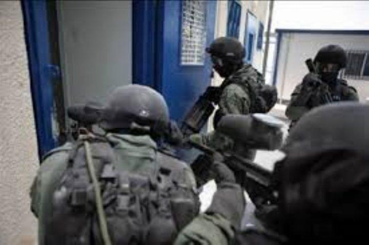 """قوّات القمع تقتحم سجن """"ريمون"""" وتعتدي على الأسرى"""